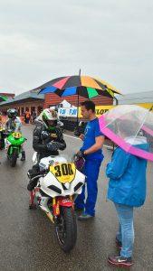 Malgré la pluie les umbrella boys & girls répondent présent